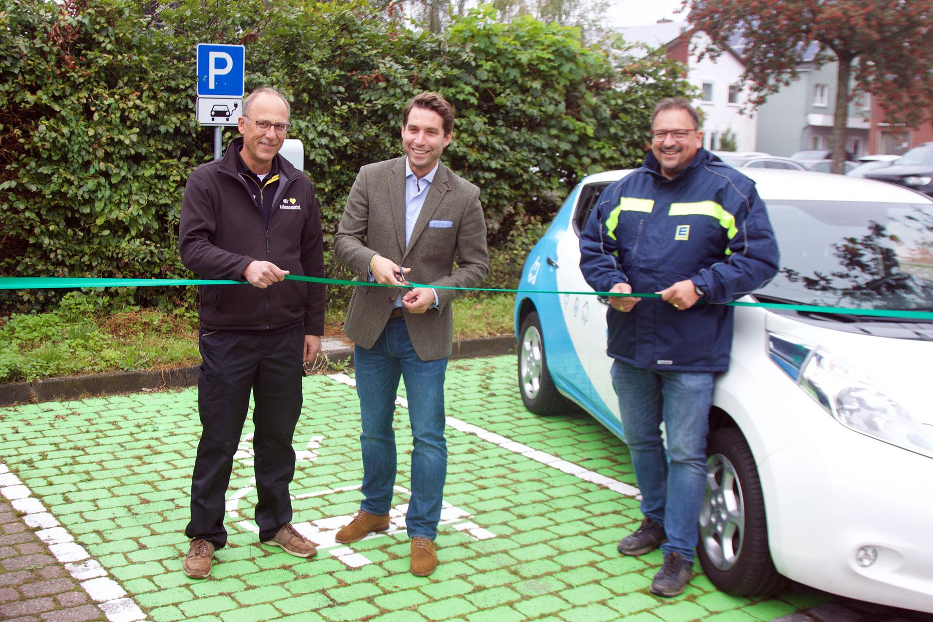 Von links nach rechts: Ove Lück (EDEKA Lück Niebüll), Dr. Jan Schulz (Geschäftsführer Stadtwerke Nordfriesland), Sven Lück (EDEKA Lück Leck)